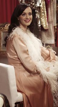 """On peut voir un nouveau photoshoot de Katy réaliser dans les coulisses de """" Victoria's Secret FS """" a N-Y.  Cliquez sur les images pour voir les photos ;)"""