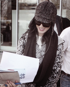 15/11/10; Katy arrivant à l'aéroport de 'Heathrow' à Londres.