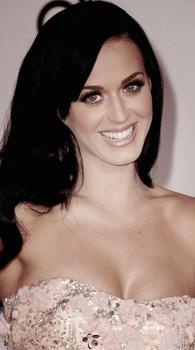 """21/11/10; Katy sur le tapis rouge des """"American Music Awards 2010"""". Juste sublime ♥ Elle a ensuite performée Firework; photos & Vidéo"""