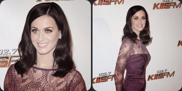 """05/12/10; Katy posant sur le tapis rouge du """" KIIS FM's Jingle Ball 2010 """" au Club Nokia à L-A. Katy a ensuite performée plusieurs chansons déguisée en bonhomme de neige."""
