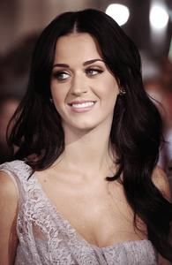 """06/12/10; Katy & son mari à la première du film """" Tempest """" à Los-Angeles. Je trouve Katy sublime !"""