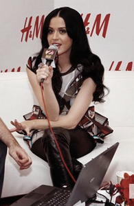 "10/12/10; Katy donne une interview au "" H&M artist gift lounge at Z100s jingle ball 2010 "" à N-Y"