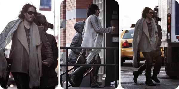 21/12/10; Katy & Russel dans les rues de New-York. On voit que Russel sur les photos =/