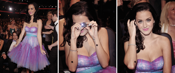 """05/01/11; Katy était présente aux People's Choice Awards 2011 qui ont eu lieu au Théâtre Nokia de Los-Angeles.Katy a remporté deux prix: """" Favorite Female Artist """" et """" Favorite Online Sensation """" . Vous pouvez voir la vidéo des remise des prix ici ! :)"""