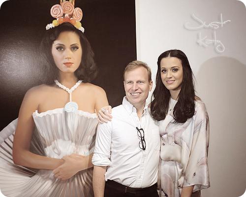 """14/01/11 - Katy posant avec Will Cotton à la galerie d'art de  """" Mickeal Kohn """" à Los-Angeles."""