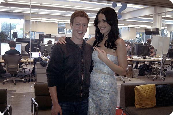 """19/01/11 - Katy était à Los-Angeles au """" Facebook Live """" où elle a rencontré le créateur de Facebook: Mark Zuckerberg et où elle a annoncé les prochaines dates de sa tournée """" California Dream Tour  """" aux USA."""