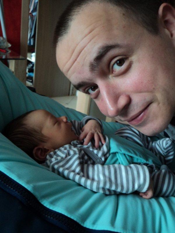 Un papa en admiration devant son fils....<3