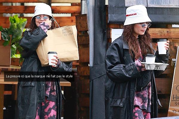 - - 06.04.20 -''▬ Vanessa & son bob Prada récupérant une commande à emporter dans les rues de Los Angeles !Wahouuuu ! J'ai vraiment du mal avec ses tenues en ce moment. Malgré qu'elle soit sappée en marque de la tête au pied, pour moi c 'est un FLOP. -