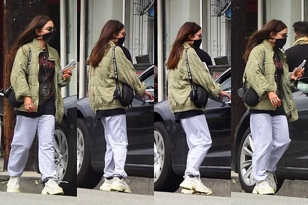 - - 19.04.20 -''▬ C'est dans une tenue dégueulasse/confinement que Vanessa a été photographiée à Los Angeles !Sans commentaire pour sa tenue casual. En revanche elle est équipée contre le virus ! Voici aussi les dernières photo posté sur ses reseaux sociaux. -