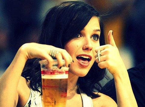 Elle a quoi cette fille, les nichons parfumés à la bière ?
