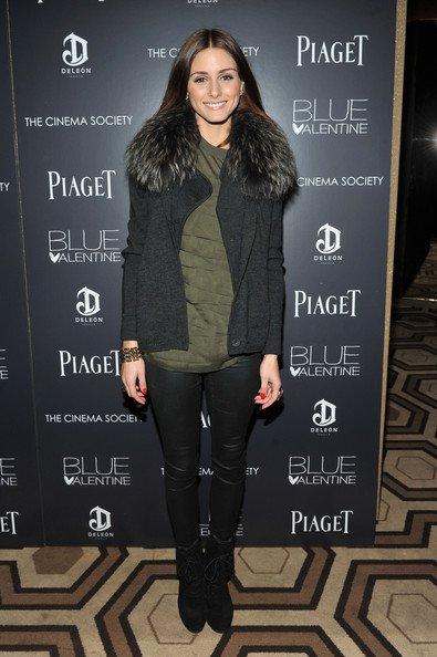 """Olivia à la projection de Valentine Blue au """"Cinema Society & Piaget Host""""   C'est une Olivia très souriante qu'on découvre ici par contre côté tenue c'est bof. ."""