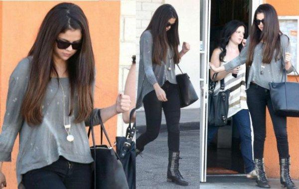 03/10/12 : Selena Gomez sortant du restaurant « Sushi Danl » à Studio City.