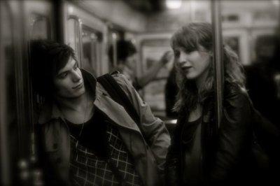 On est pile à l'heure presque nez à nez,enfin si tu veux. Je t'ai vu comprendre, Je t'ai vu valser. Aux derniéres nouvelles nous allions mieux. Je t'ai vu m'apprendre où mettre mes pieds. Aux derniéres nouvelles nous étions deux. MAUSS.