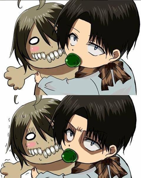 Bébé Levi avec sa peluche de Titan Eren trop chou ^3^~♥