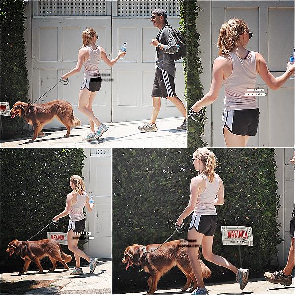 23/07/11 : Amanda est allée promener son chien Finn dans son quartier à L.A.     TOP/FLOP ?