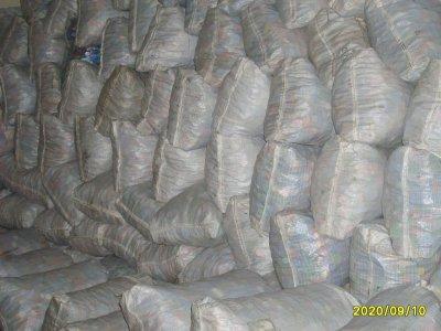 tout les bouchons triès sont dans les sacs blancs pres a etre vidè dans un camion,expèdier dans une usine,pour y etre broyès