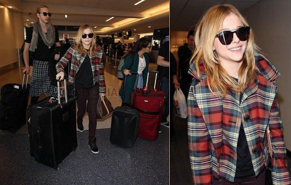 → 17/01 : Chloë est enfin sortie de son trou, et a attéri à l'aéroport de L.A pour se rendre au Festival du film de Sundance ayant lieu aujourd'hui-même dans lequel Laggies sera projeté pour la première fois.