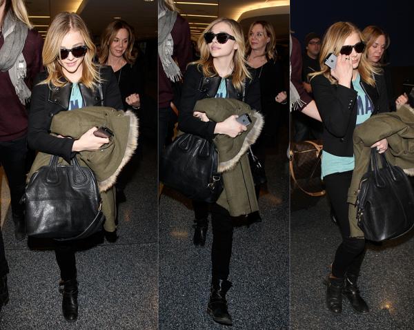→ 19/01 : Après quelques jours d'interviews intense, Chloë a été vu de retour à LA, dans l'aéroport international de la ville, accompagnée de sa mère et son frère Trevor, ainsi qu'une horde de fans.