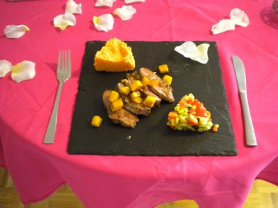 Magret de canard, dés de mangue et purée de patates douce.