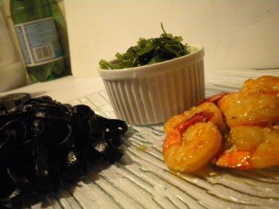Crevette miel, gingembre, sésame...salade d'algues et tagliatelle à l'encre de seiche.