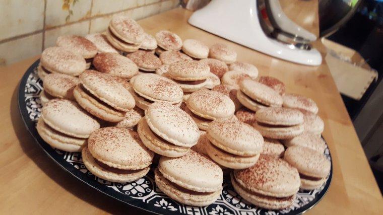 Macarons chocolat au lait, fruit de la passion