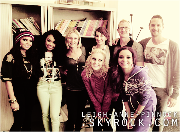 """.Les filles ont posté une photo d'elles avec l'équipe du magazine """"Attitude"""", et Leigh en a posté 3 autres.."""