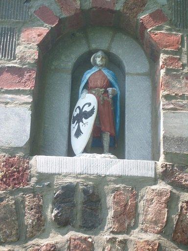 Statue de saint Mengold en arme