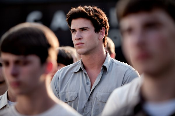 LIAM HEMSWORTH JOUE GALE