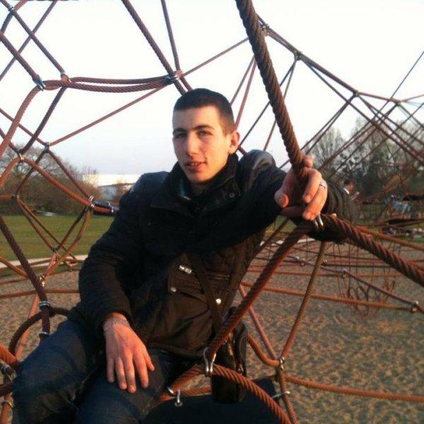 Mwa posey avec un pote au park ;-)