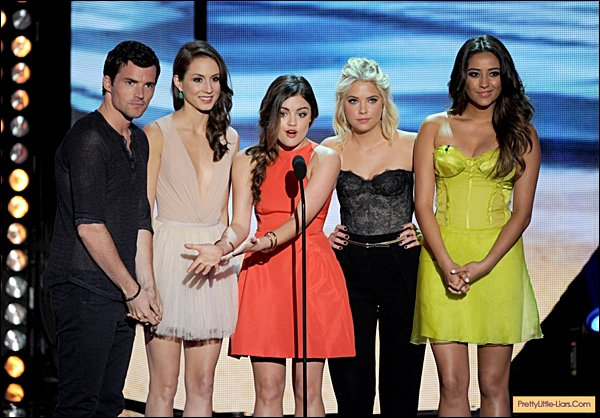 . 22.07.2012 Lu' était aux Teen Choice Awrad, avec le cast de Pretty little Liars.  - FLASH BACK - Comment trouves-tu sa tenue ?  .