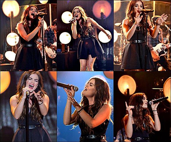 . 01.08.2014 Lucy faisant un concert à IHeartRadio, à L.A, en compagnie de ses co-stars Ian et Tyler, ainsi que Colton Haynes (Arrow).  Comment trouves-tu sa tenue ?  .