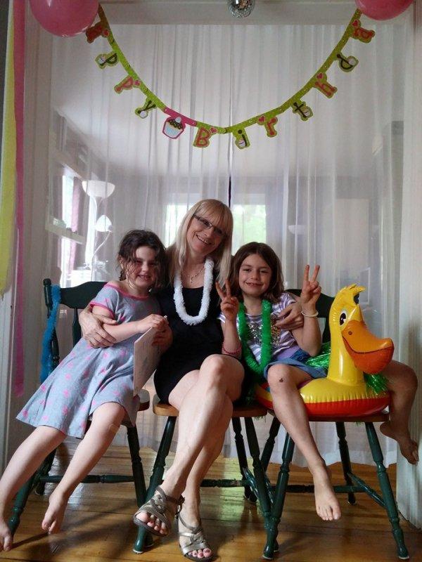 moi avec mes belles petites filles Amélie et Orélie