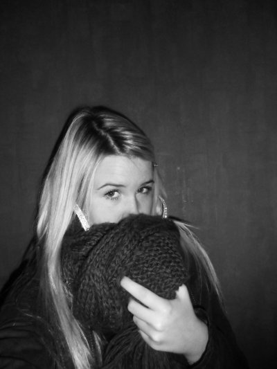 On se frôle, sans se voir, on se parle sans savoir que l'amour est parti, on ne sait pas pourquoi, on ne s'y attend pas, c'est la fin d'une histoire..