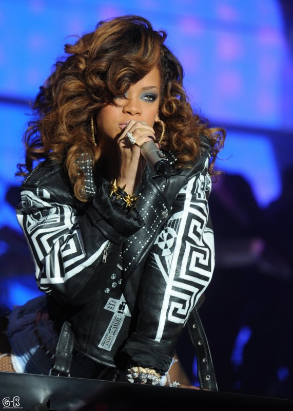 RIHANNA CHEERS LIVE V FESTIVAL ANGLETERRE 21 AOUT 2011