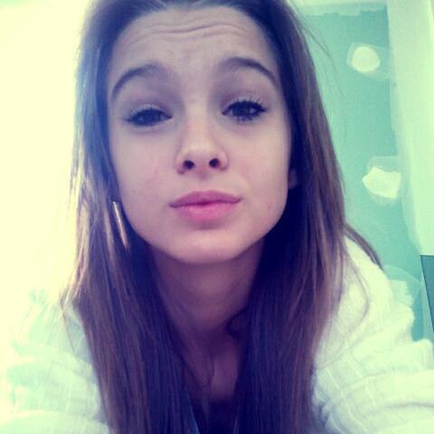 N'oubli pas que la fille qui sourie tout le temps, est celle qui s'endort le soir en pleurant!