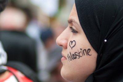 لست فلسطينية الجنسية ... و لا فلسطينية الاصل .. ة لكن اعشق فليسطين .. و ان كان ذلك جريمة .. فليشهد العالم باكمله  .. و اسرائيل كلها اني اكبر و اعظم مجرمة بحب فلسطين