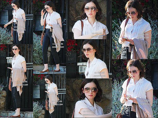 """. 17/01/2014 : Lily Collins a été apperçue seule alors qu'elle était en promenade dans les rues de """"Hollywood. Pour se qui est de la tenue de miss Lily Collins, je suis mitigé. J'aime certain éléments autent que j'en déteste d'autres. Quel est ton avis ? ."""