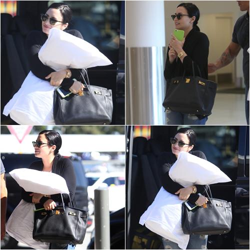 LE 22/04 - Demi a été vu à l'aéroport de Perth en Australie pour se rendre à Melbourne!