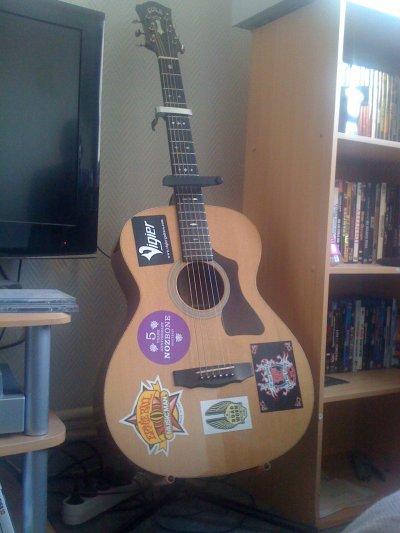 ma guitare c'est une longue histoire lol!!