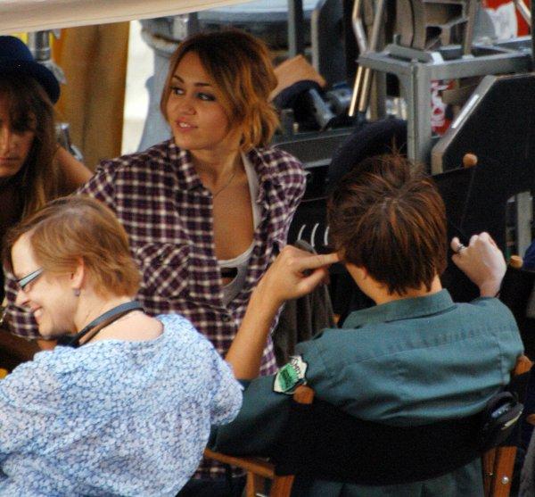 26.08.10 Miley tourne une scène pour L.O.L