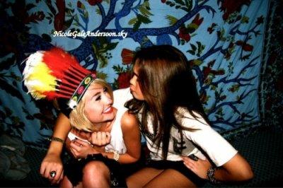 Ncole a posté une nouvelle photo sur son Twitter où elle est en compagnie de Cassie Scerbo, sa partenaire dans Make It Or Break It, sur le tournage de la série, ce qui annonce un retour de la méchante Kelly Parker, accompagnée du message « Bronzant au milieu de Los Angeles... Nous avons une sorte de coup de coeur pour notre job. ;) ». De plus, une autre photo où elle pose en compagnie de Chelsea Staub est aussi apparue et on se rend compte que Nicole à de nouveau les cheveux foncés (chose qu'elle avait annoncé il y a quelque jour).[