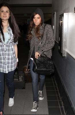 10 Février 2011 : Ashley quitte l'éroport de LAX avec Casey Weiant