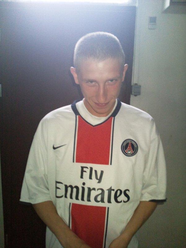 voila une photo de mon apprentit qui et pour marseille et qui a perdu un paris donc il porte le maillot du psg lol