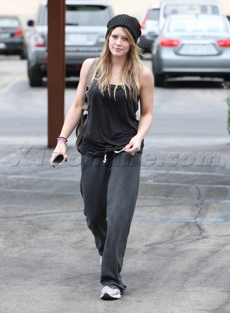 07 septembre 2010 - Hilary sortant d'un Starbuck dans Studio City.