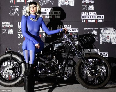Lady Gaga est apparue pratiquement nue : en robe bleue transparente lors d'une conférence de presse au Mexique.