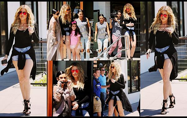 CANDIDS - PHOTOSHOOT - EVENTS - INFO -  INSTAGRAM __En ce moment les soeurs Kardashian se soutiennent mutuellement plus que jamais, c'est ainsi qu'on retrouve une fois encore les 3 soeurs de sorti alors qu'elle quittaient le restaurant Hugo dans Ahoura Hills en Californie le14 juillet. Les soeurs filmaient une scène pour le télé réalité. Les filles sont superbes, très complices et ont même posés avec une jeune fan. Niveau look je suis fan de chez fan. La tenue en elle même est plutot simple mais Khloé là rend tellement sexy, elle portait donc une paire de lunettes Victoria Beckham, un petit haut à manches longues noir, un short en jean clair. Elle avait mis un gilet noir autour de sa taille et elle portait de superbes talons noir. Khloé fait un top, pour ma part j'adore sa tenue.