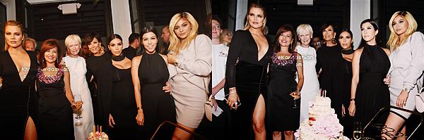 CANDIDS - PHOTOSHOOT - EVENTS - INFO -  INSTAGRAM __Le 12 octobre était une grosse soirée pour les femmes Kardashian/Jenner, elles étaient toutes présentes (sauf Kendall) à la soirée qui célébrait les 50 ans du magazine Cosmopolitan, magazine dont elles font la couverture ce mois ci. Khloé était ravissante dans sa robe noire, j'adore le décolleté ainsi que la fente, le tout la met très bien en valeur. Ses chaussures sont des Christian Louboutin couleur nude. En revanche j'aime beaucoup moins sa mise en beauté, je ne suis pas fan de cette coiffure et le maquillage est simple. La couleur des lèvres ne me plait pas vraiment, néanmoins elle reste superbe et je lui accorde un top !