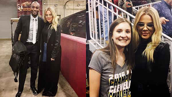 23 novembre 2016 •● Khloé assistait à un match des Cleveland Cavaliers à Cleveland. Comme presque à chaque match Khloé était présente pour soutenir son petit ami Tristan. Magnifiques photos !