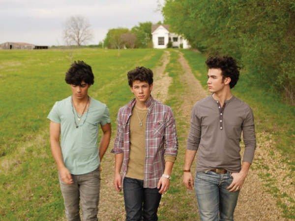 """Saison 1 #        Chapitre 10 # """"Vous n'pouvez pas savoir à quel point je suis déçue que Kevin soit un Jonas parce qu'il est trop sexy !!!"""""""