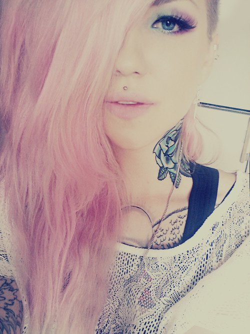 2 part tatouage dans le cou
